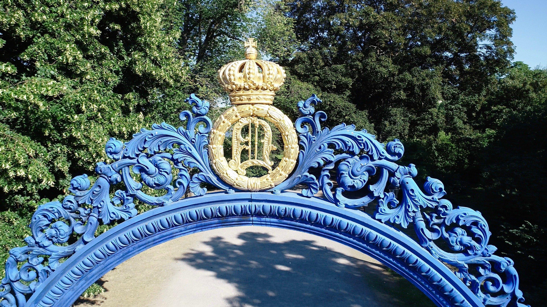 Blå porten pryds med Oscar I:s krönta namnchiffer - Kungliga Djurgården, Östermalm, Stockholm - En av världens vackraste stadsparker - @kungligadjurgarden - kungligadjurgarden.com - Kungliga Djurgården en del av Östermalm - @ostermalm - ostermalm.com