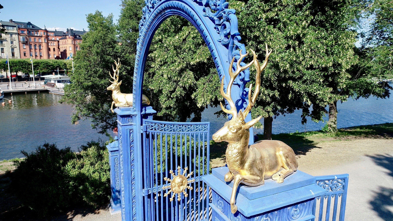 Blå porten pryds med gyllene kronhjortar - Kungliga Djurgården, Östermalm, Stockholm - En av världens vackraste stadsparker - @kungligadjurgarden - kungligadjurgarden.com - Kungliga Djurgården en del av Östermalm - @ostermalm - ostermalm.com
